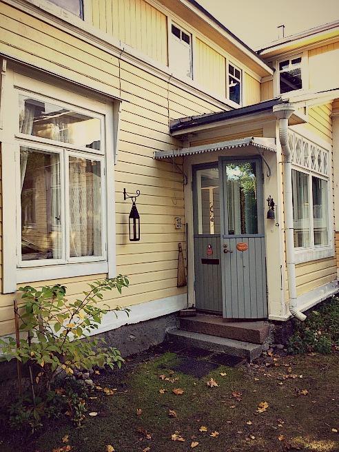 Toinen sisäänkäynti. Tästä tulee pienempien asuntojen sisäänkäynti, kunhan remontit ovat valmiina.