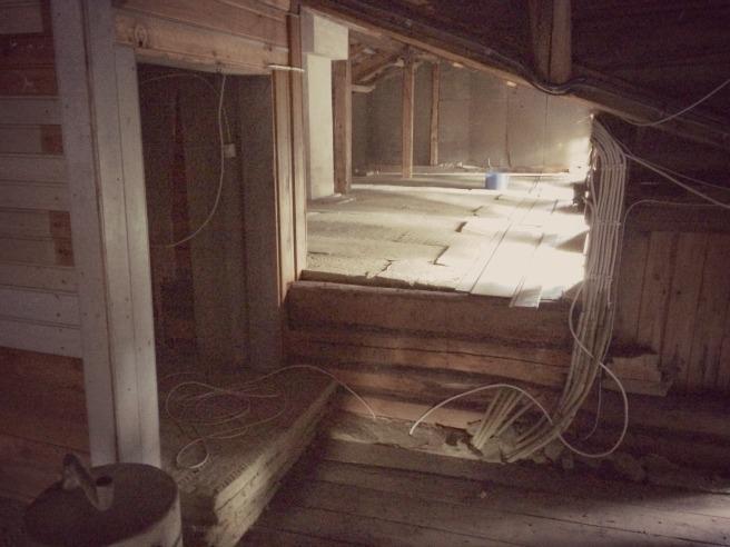 Ullakko liiketilapuolelta asuintilapuolelle. Vasemmalla näkyy vanha porraskäytävän aukko.
