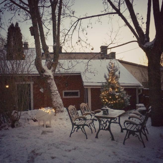 piha aamuhämärässä puutarhapöytä